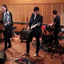 Mark Ronson feat. Kevin Parker – I Sat By The Ocean (cover)
